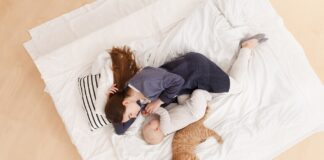 macka u krevetu
