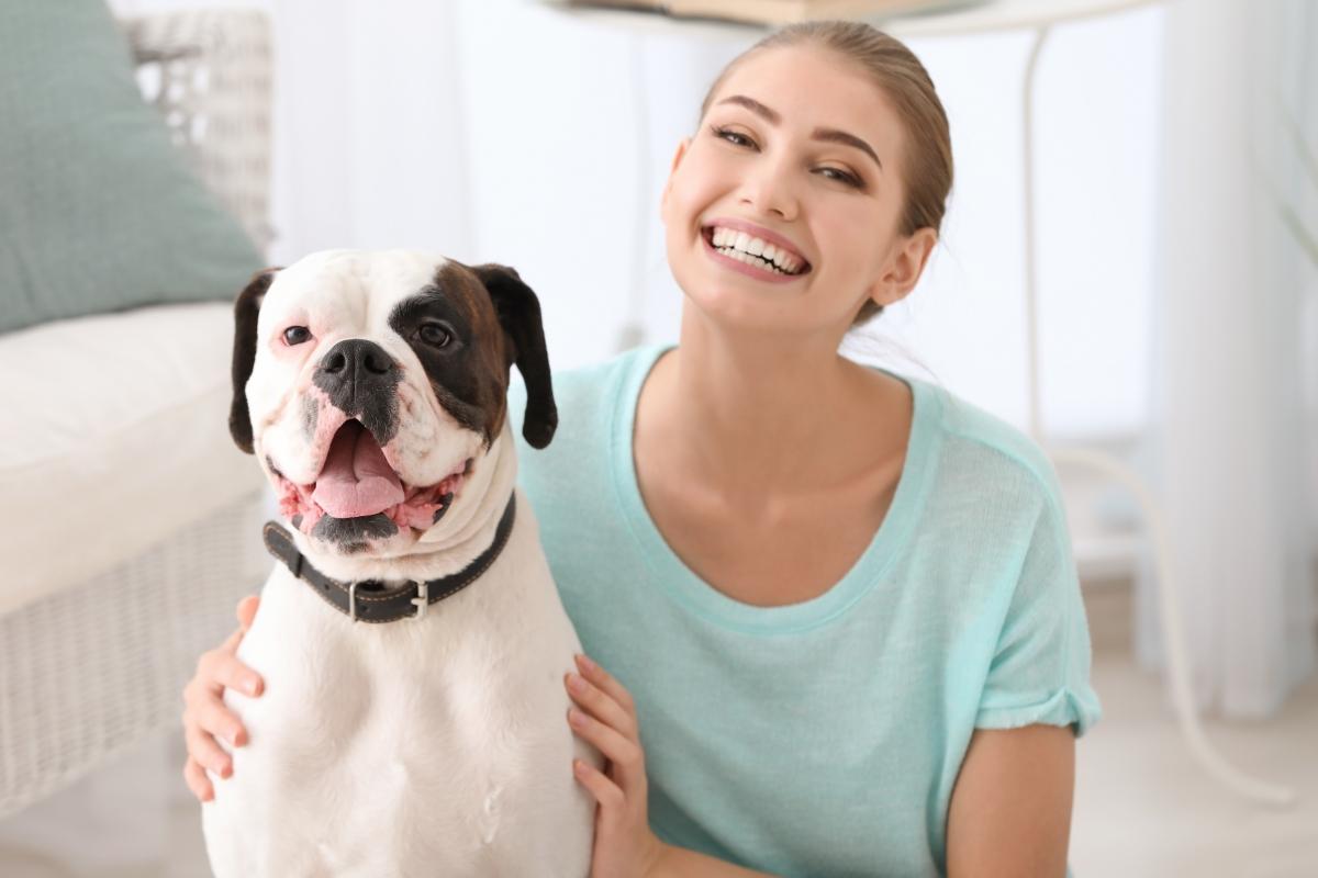 čovek i pas sede